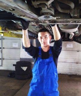 Егор автомеханик JS-Service 5 разряда с опытом ремонта автомобилей более 17 лет.